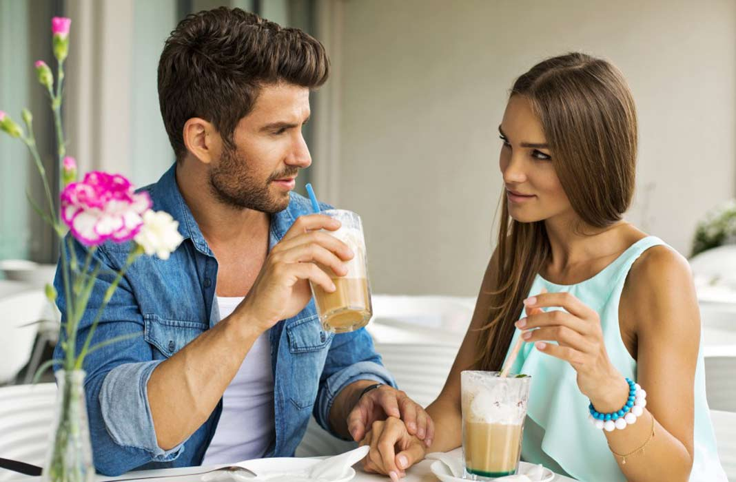 Kako da znate da neko flertuje s vama? Ovo je siguran znak koji to potvrđuje