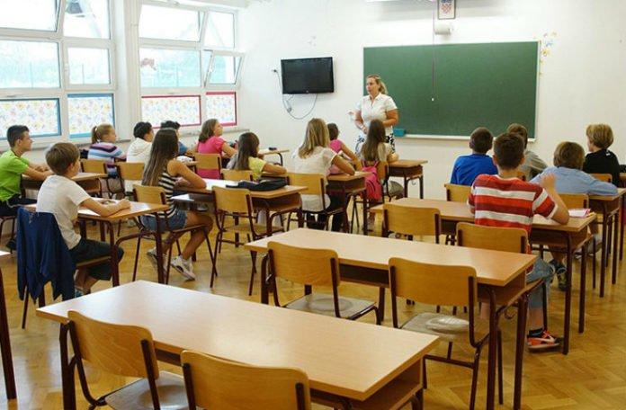 RS: Klupe praznije za 23.000 đaka, nastavnika sve više