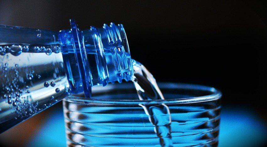 Ključno za zdravlje: Evo zašto ne biste smjeli piti vodu dok stojite