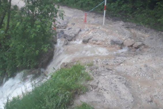 Mnogi putevi neprohodni zbog poplava i odrona