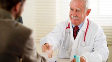 stariji doktor 2