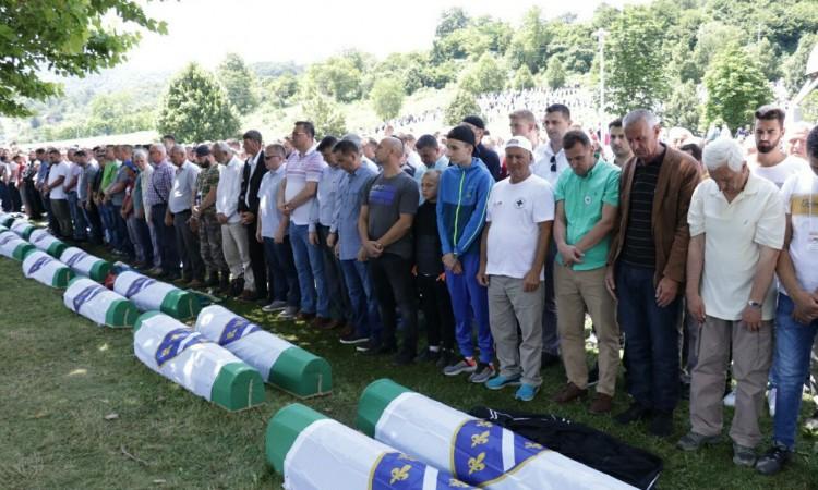 Klanjana dženaza namaz i obavljen ukop 33 žrtve genocida u Srebrenici