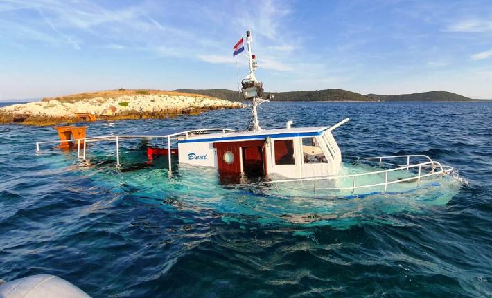 Potonuo izletnički brod kod Drvenika, svi turisti i posada spašeni