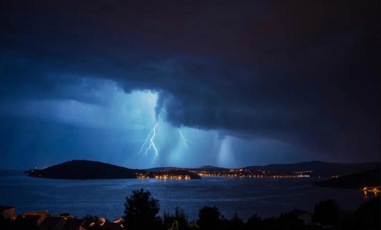 Nevrijeme u Dalmaciji, više od 25.000 udara munja i velike promjene nivoa mora