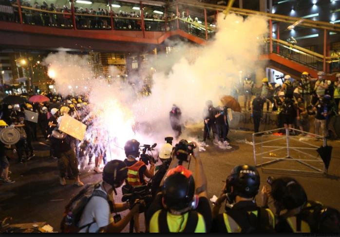 Policajac tokom nasilnih protesta u Hong Kongu ubio demonstranta