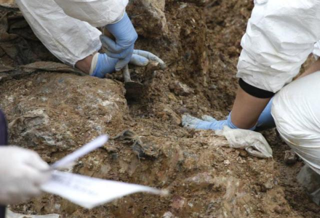 Otkrivena nova masovna grobnica, žrtve pod više tona teškim kamenjem