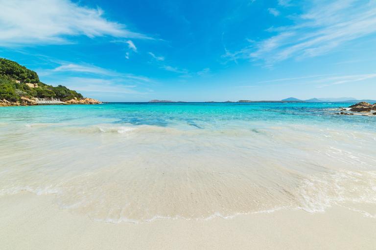 Paru iz Francuske prijeti zatvor zbog krađe pijeska s plaže na Sardiniji
