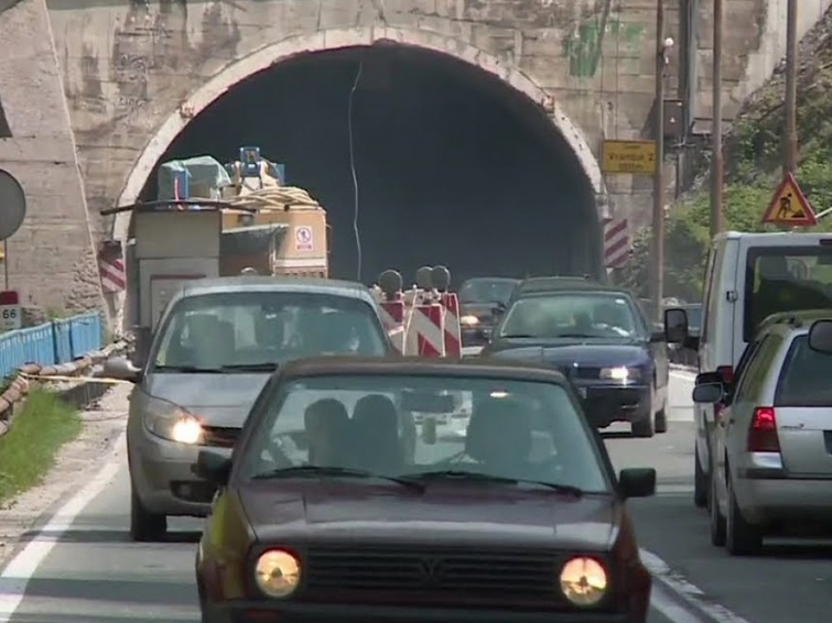 Zabranjuju uvoz starijih auta, a na putevima sve više krševa
