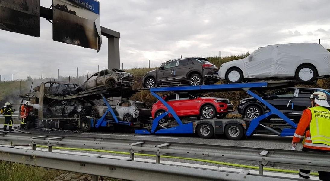 Ogromna materijalna šteta: Izgorio šleper s novim automobilima VW Polo i T-Roc