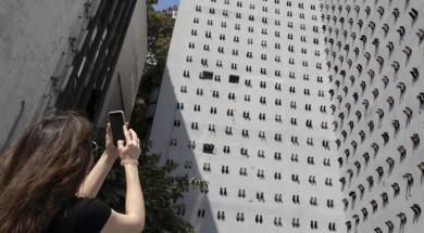 Screenshot_2019-09-23 Poruka kroz umjetnost 440 pari štikli na zidu zgrade za žene koje su ubili muževi