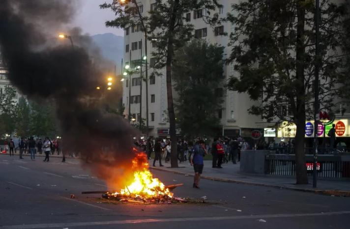 U glavnom gradu Čilea proglašeno vanredno stanje zbog nasilnih demonstracija