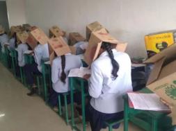 Screenshot_2019-10-22 Studenti u Indiji nosili kartonske kutije na glavama kako ne bi prepisivali na testu