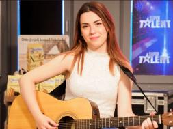 Screenshot_2019-11-03 Emina Bajtarević Nekad se liječila od dvostruke skolioze, a danas blista na sceni Supertalenta