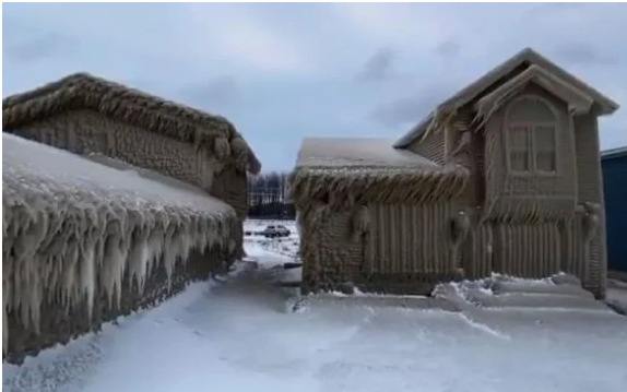 Snježna oluja potpuno zaledila kuće pored jezera Erie u New Yorku