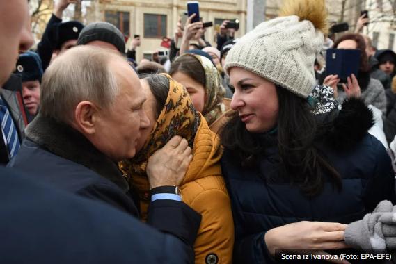 Putina tokom posjete gradu Ivanovo zaprosila djevojka iz mase: Oženite se sa mnom!