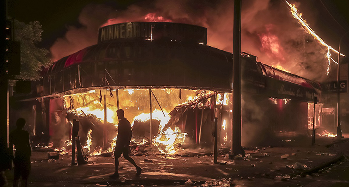 Veliki protesti širom SAD, zgrade su u plamenu, zapaljena i policijska stanica (VIDEO)