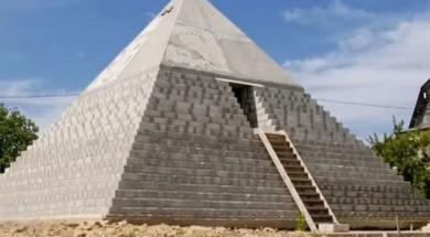 Screenshot_2020-07-03 Ruski bračni par u vlastitom dvorištu izgradio piramide