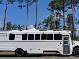Screenshot_2020-07-11 Par pretvorio školski autobus u udoban dom, sada u njemu putuju širom svijeta