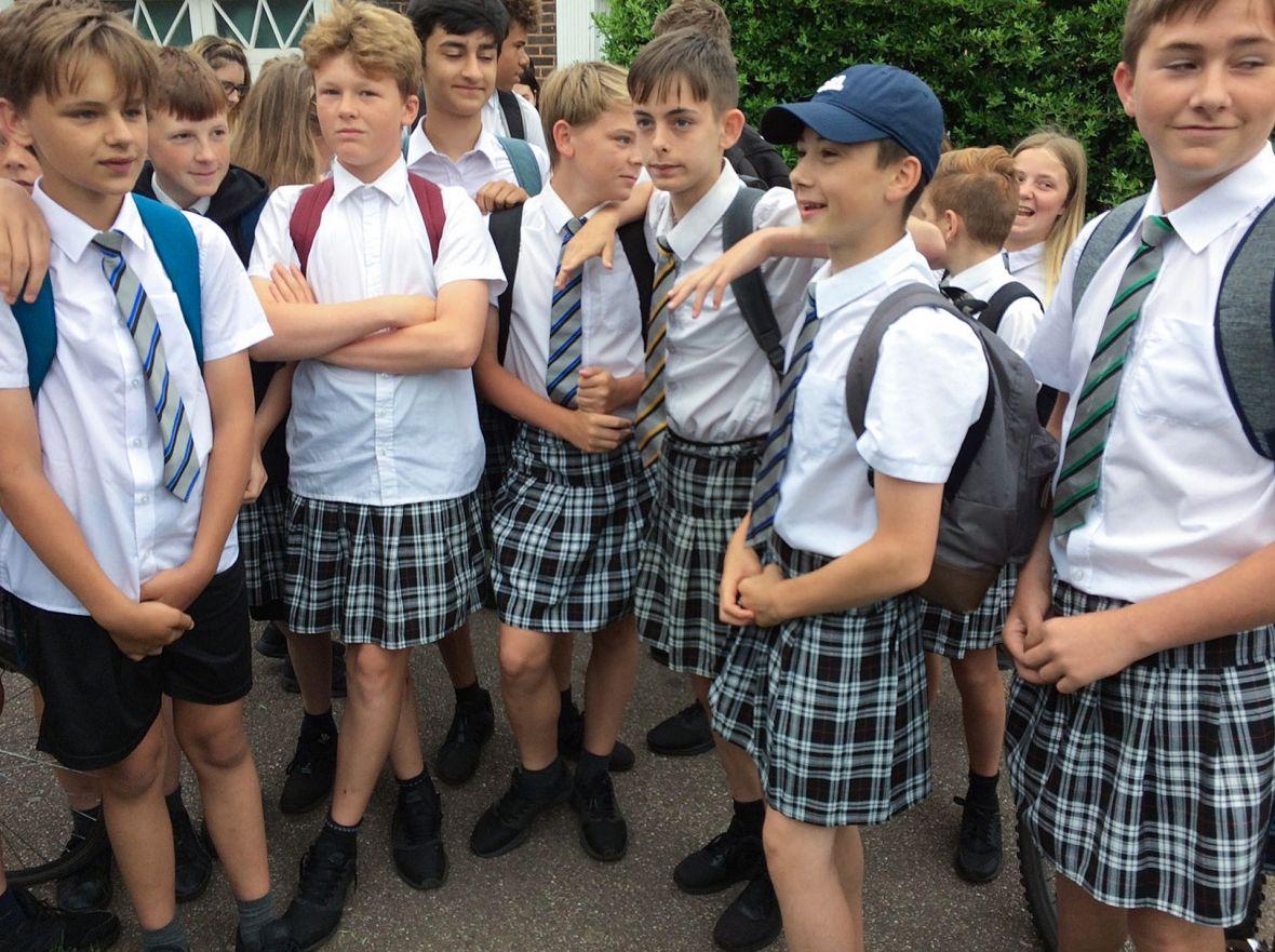 Protest u suknjama / Škola zabranila dječacima da zbog vrućina nose kratke hlače