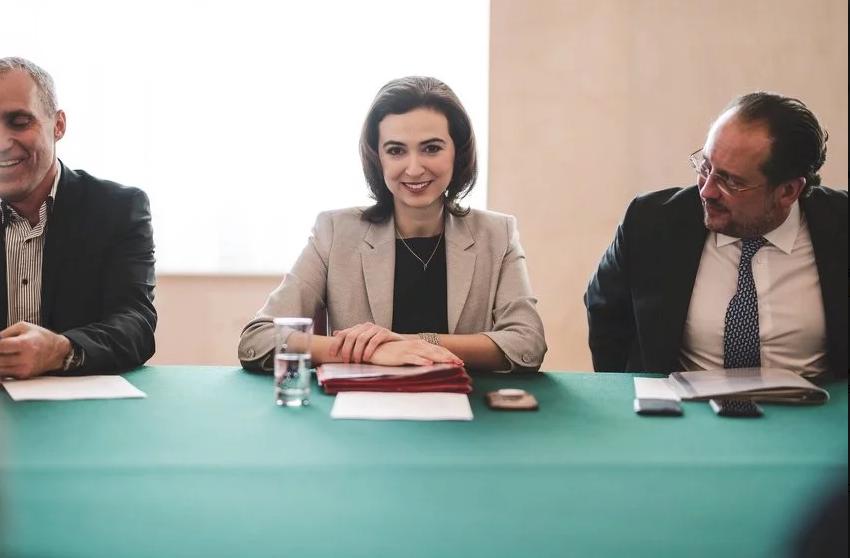"""Alma Zadić s aktivistima otišla na ćevape i razgovarala o problemima """"Zelenih Jugoslovena"""""""