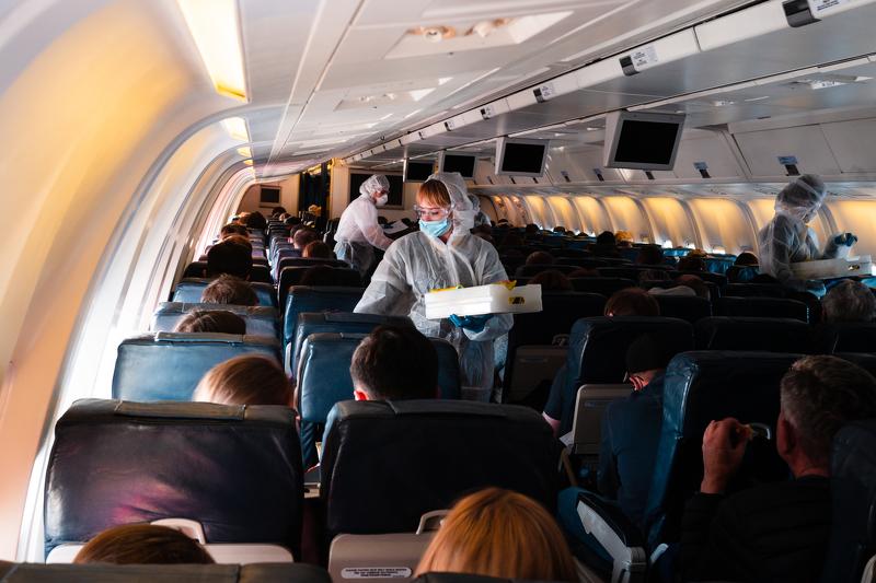 IATA tvrdi: Šanse da se zarazite koronom tokom leta manje su nego da vas udari grom