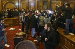 nered-parlament-jerevan-armenija