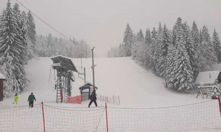 Zbog kvara na ratraku Ski centar Ponijeri iznad Kaknja trenutno zatvoren za skijaše