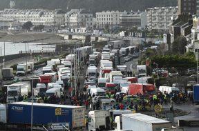 Francuski vatrogasci pomažu u covid testiranju vozača kamiona u luci Dover
