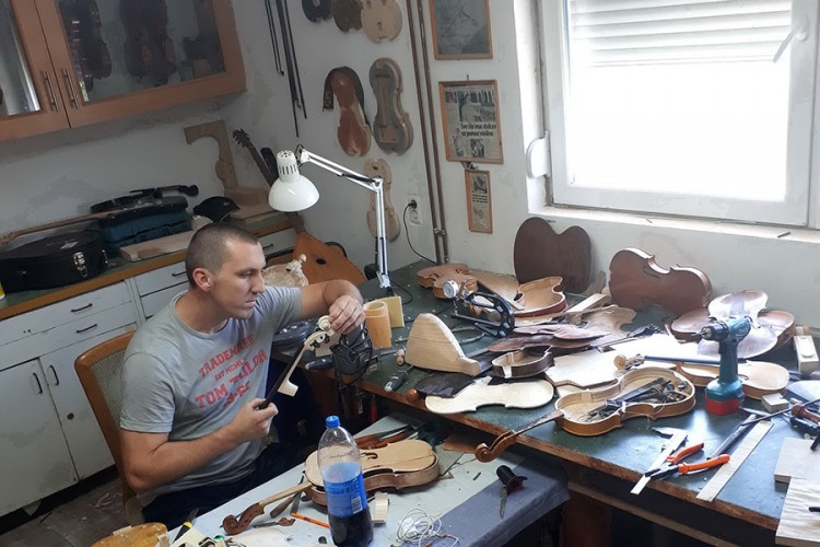 Tuzlak Mensur Avdić sačuvao porodičnu tradiciju izrade violina