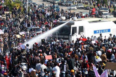 Mijanmar_protesti_policija_Twitter