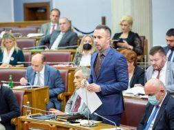 Crnogorski parlament usvojio rezoluciju o Srebrenici i smijenio ministra