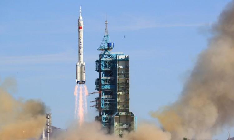 Kina lansirala prvu posadu astronauta na svemirsku stanicu