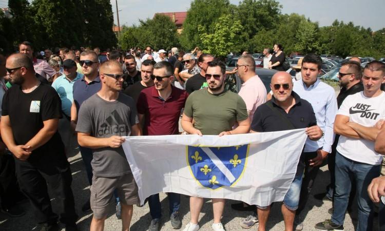 Građani i bivši borci protestuju ispred zgrade Tužiteljstva BiH