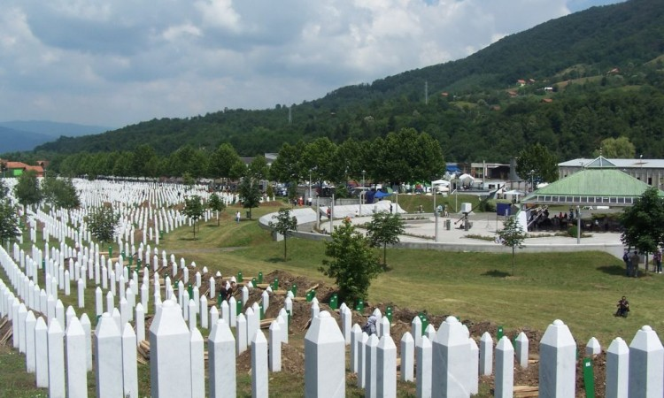 Veliki broj osumnjičenih za genocid u Srebrenici još na slobodi